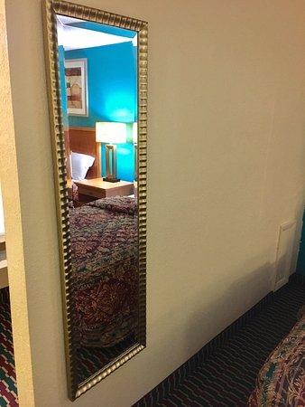 Battleboro, NC: Fancy Mirror!