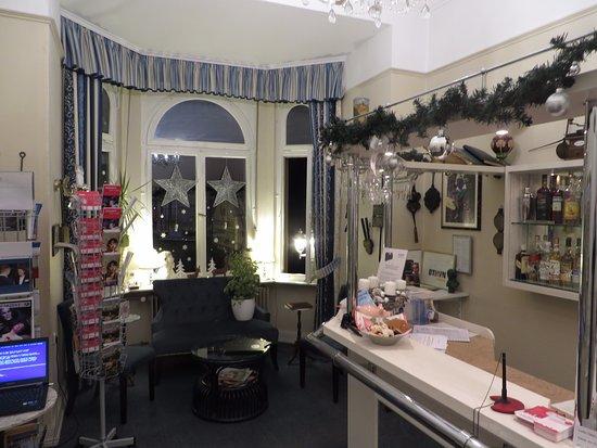 AKZENT Hotel Am Hohenzollernplatz: Rezeption weihnachtlich dekoriert