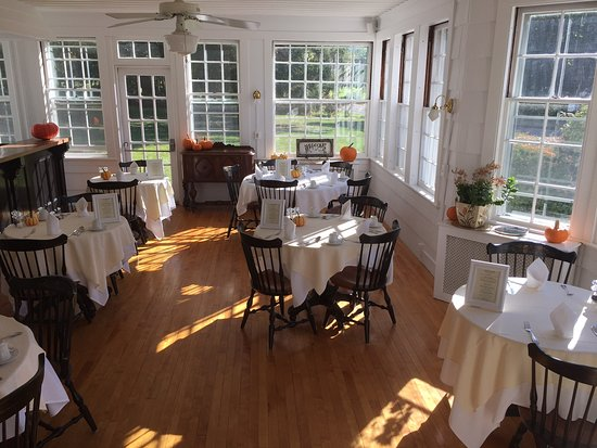 Blackberry River Inn: Our Breakfast Room in Oct.    Serving from 8 to 10 a.m.