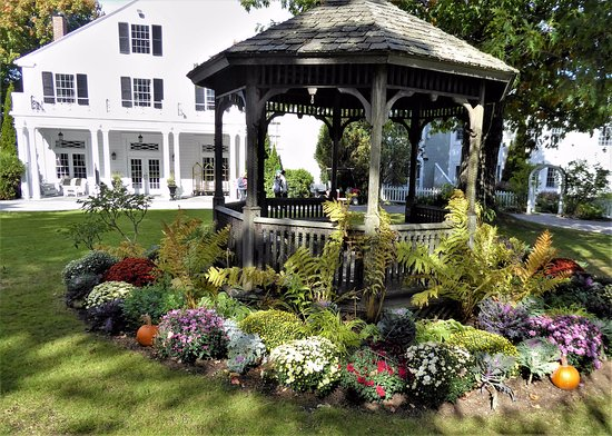 Bar Harbor Inn: the gazebo on the main grounds