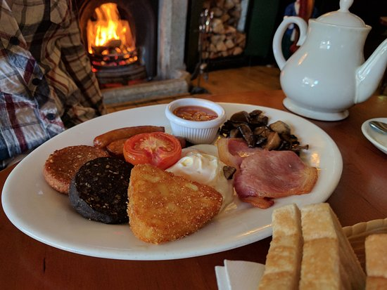 Aughrim, Irlandia: Full Irish breakfast by the fire