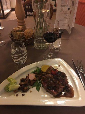 Chitenay, France: Filet de bœuf aux girolles, sauce morilles