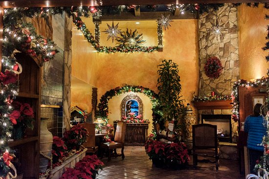 Avila La Fonda Hotel: Lobby decorated for the holidays.