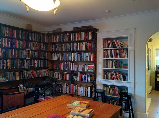 Mahone Bay, Canada: Nice old furniture and books