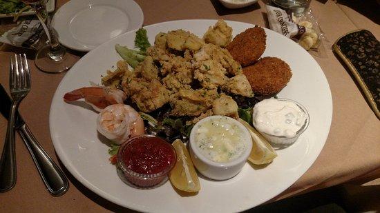 Scotia, Нью-Йорк: Artichoke, shrimp, crab cake app tray