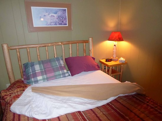 Voyageur's Lodge & Cookhouse: Bed with customers own favorite travel pillows