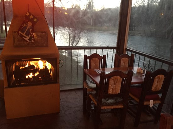 Shady Cove, ออริกอน: Fireplace and a view of the river