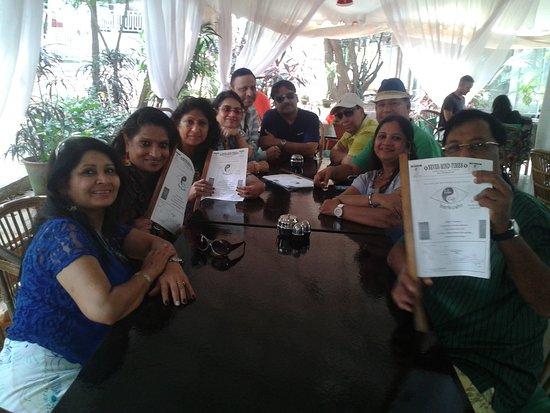 Anjuna, Indie: Happy travelers at Lila Cafe
