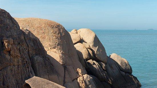 Sanya Daxiaodongtian Area: Валун и море