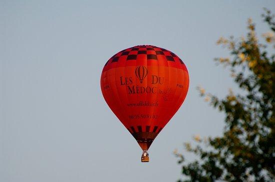 Jau-Dignac-et-Loirac, France: La belle montgolfière du Médoc - O'fil de l'air, digne représentante du Pays Médoc