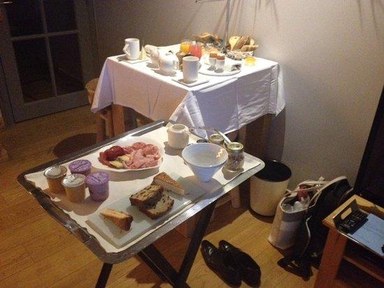 Veyrier-du-Lac, France : Petit déjeuner, pour deux, servi en chambre.