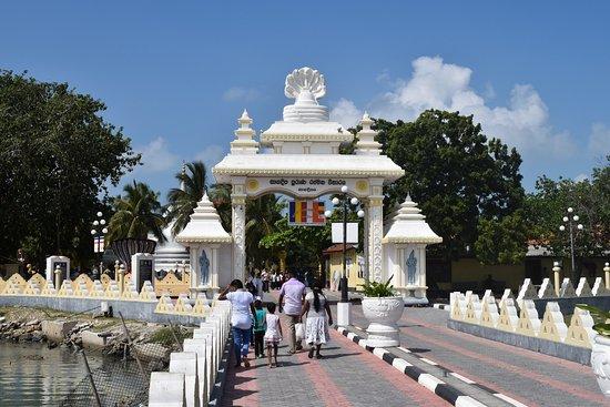 Jaffna, Sri Lanka: Nagadeepa vihara entrance