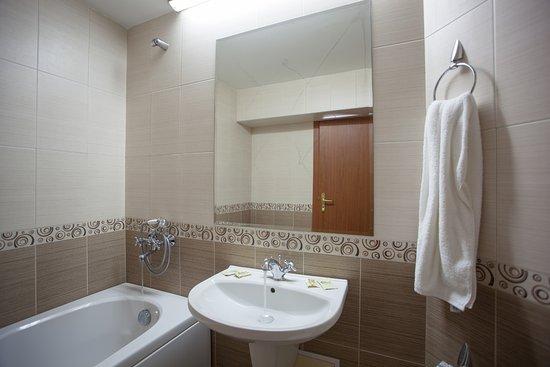 Hotel Rahovets: Hotel bathroom
