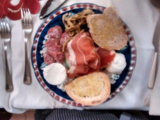 San Vito Romano, Italia: Antipasto. Il pane, integrale e non, è fatto da loro. I formaggi: mozzarella e ricotta di bufala