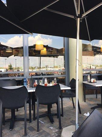 Bethlehem, Sudáfrica: Fica na entrada do shopping bom atendimento atencioso  cerveja gelada e um Barbie kill com salad
