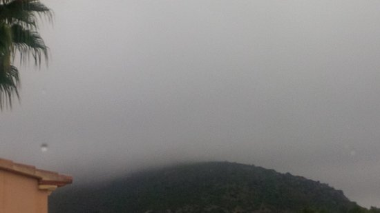 Alcalali, Espagne : Then the storm hit... This is actually quite a high mountain,covered by the clouds.