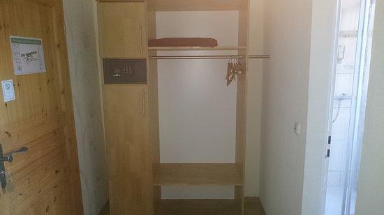 Eingang zum Zimmer mit Schrank und Safe Bild von Hotel Alte