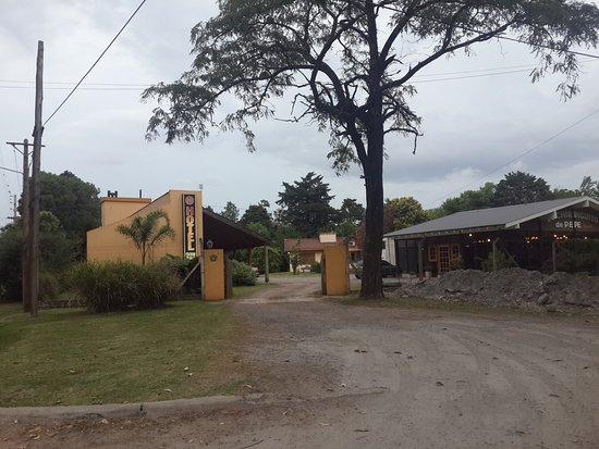 San Andres de Giles, Argentina: Ingreso al hotel. A la izquierda, habitaciones. A la derecha, restaurant.