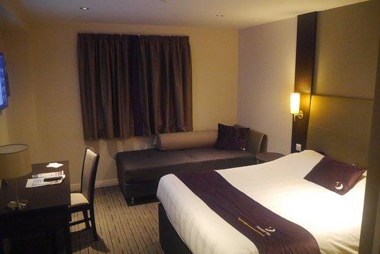Restaurant picture of premier inn winchester hotel for Premier inn family room