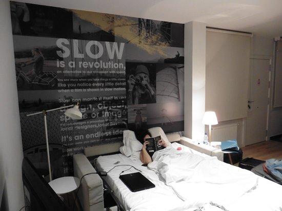 Comedor con sofa cama abierto - Picture of Slow Suites Luchana ...