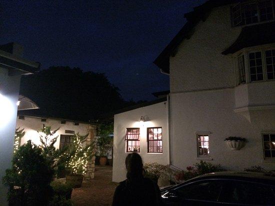 Forest Hall Guest House: De nuit
