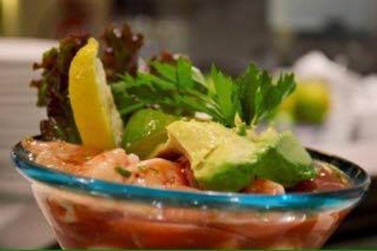 El Muelle Restaurant: gambas en salsa con limón y aguacate,una delicia para el paladar.