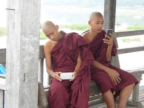U Bein Bridge: Monaci buddisti in visita al ponte