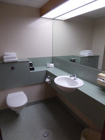 Distinction Luxmore Hotel Lake Te Anau: Plenty of Counter Space for Toiletries