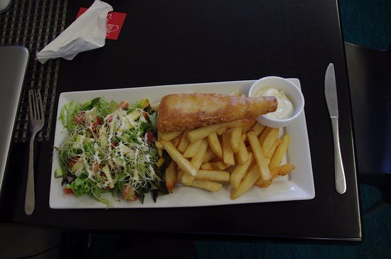 Milton, Selandia Baru: Fish Chips and Salad $ 18.00