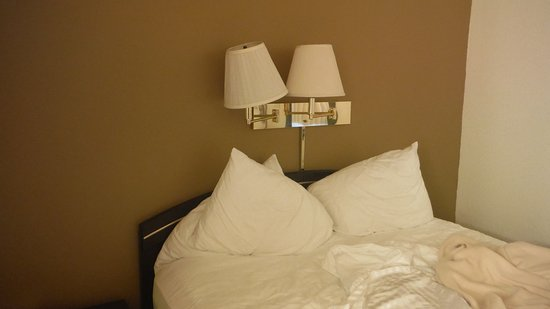 Lewis River Inn: Just try and read in bed with this lamp placement.