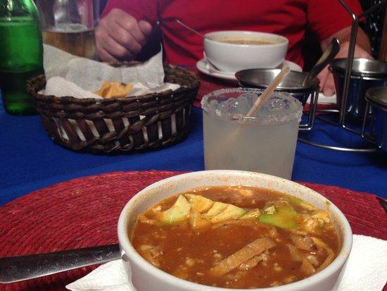 Tony's Restaurante Bar: Small bowl Toritilla Soup..wonderful flavours.
