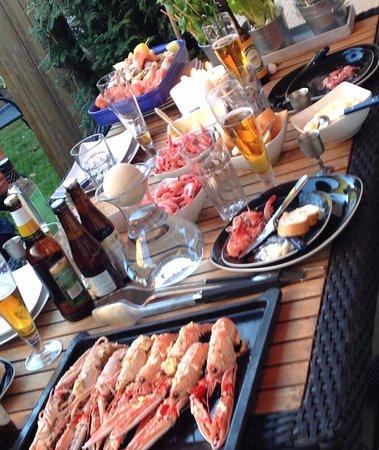 Molndal, Szwecja: Fisk och skaldjur köpt ifrån fiskhallen.Spett med marulk, lax. Grillade kräftor smör/vitlök/chil