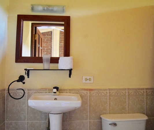 Hotel La Pergola: The bathrooms are clean & spacious.