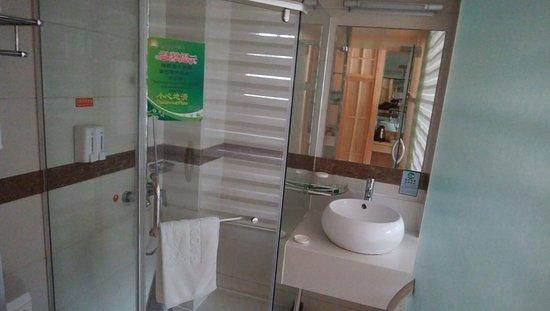 Pretty House Haodu Hotel: シャワーはガラスの仕切りて囲まれてます。バスタプなし。