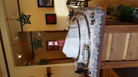 Twin Bridges, Μοντάνα: The Christmas train in the entry at the Old Hotel.