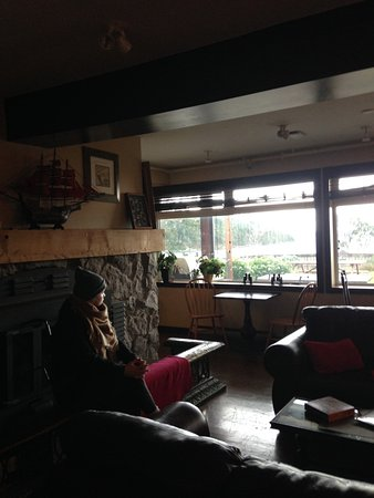 Mayne Island, Canada: Common room with large fireplace