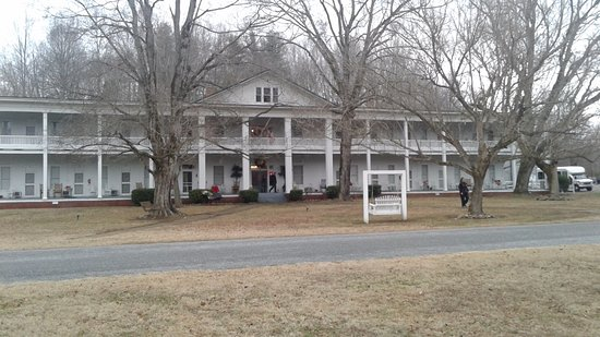 Red Boiling Springs, TN: full front of hotel