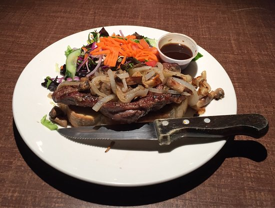 Three Hills, Canadá: Steak Sandwich With Mixed Salad