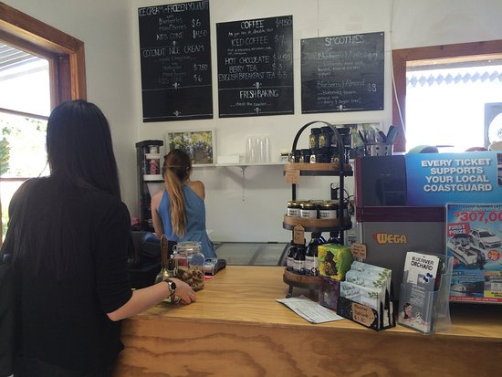 Kerikeri, New Zealand: At the counter, waiting for ice cream