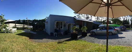 Kerikeri, New Zealand: A panoramic view of the little shop from the outdoor seating area.