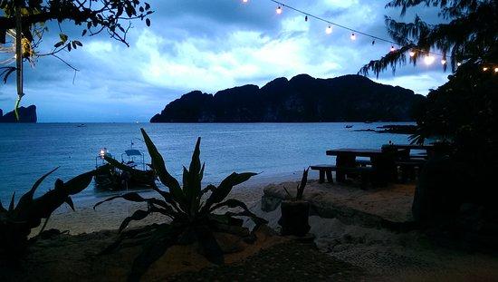 Phi Phi Paradise Pearl Resort: alla sera dal ristorante