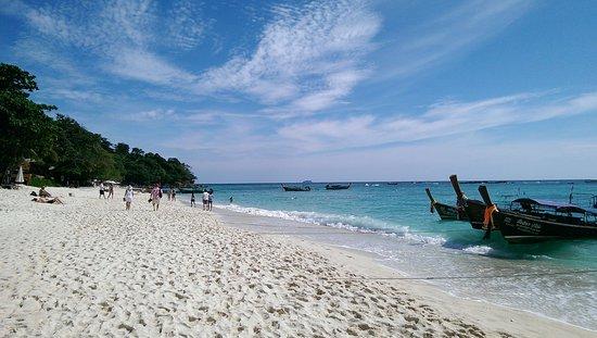 Phi Phi Paradise Pearl Resort: camminando in spiaggia