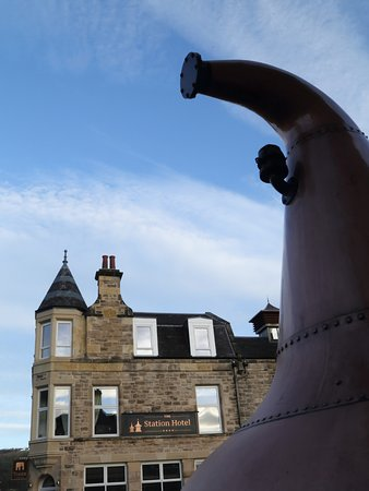 Rothes, UK: Copper Whisky Still in the Hotel Car park