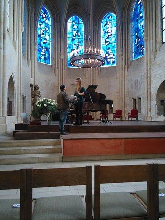 Senlis, Francia: Coeur de la chapelle avec vitraux que Miro a offert à son ami Cziffra