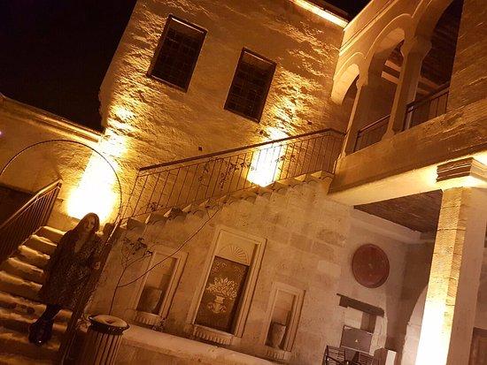 Fresco Cave Suites & Mansions: munise odasının önündeki avlu