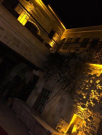 Fresco Cave Suites & Mansions: burası büyük kemer odasından çıktığınızda gördüğünüz manzara her odada benzer manzara var