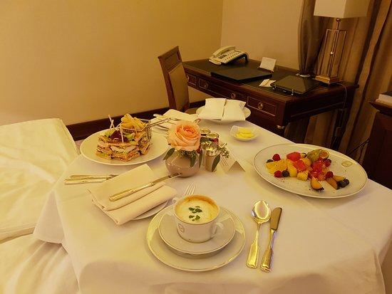 Excelsior Hotel Ernst: Essen auf dem Zimmer
