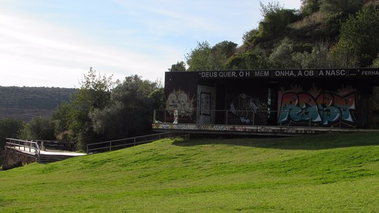 Alte, Portugal: The grassy picnic area above the waterfall