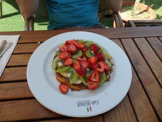 Cafe Roma: Strawberry, kiwi and banana waffle, huge!