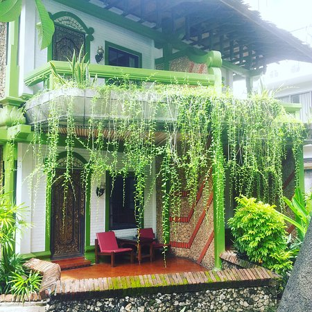 Hotel Prawita: Swimming pool ...balcony of the room with green garden